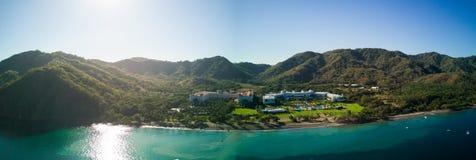 Powietrzna truteń panoramy fotografia - hotel w kurorcie na Pacyficznego oceanu wybrzeżu, zakopującym w górach Costa Rica Zdjęcie Stock