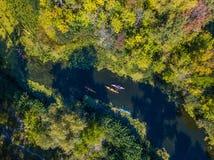 Powietrzna trutnia ptaka oka widoku fotografia Szczęśliwa rodzina z dwa dzieciakami cieszy się kajaka jedzie na pięknej rzece Chł obraz royalty free