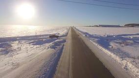 Powietrzne jezdnie Suv jeżdżenie w białym śnieżnym wiecznozielonym lesie na śliskiej asfaltowej drodze Widok z lotu ptaka droga i zdjęcie wideo