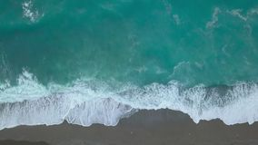 Powietrzne odgórnego widoku turkusowe denne fale łamają na pustej piasek plaży Czysty morze macha od ptaka oka widoku zbiory wideo