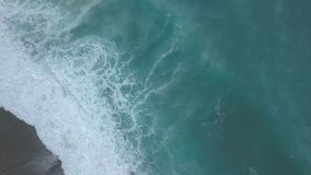Powietrzne odgórnego widoku turkusowe denne fale łamają na pustej piasek plaży Czysty morze macha od ptaka oka widoku zdjęcie wideo