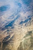 Powietrzne perspektywiczne góry i suchy watercourse Zdjęcia Royalty Free