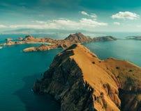 Powietrzne trutnia strzału falezy i ocean Komodo park fotografia stock