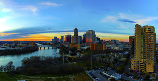 Powietrznego linia horyzontu zmierzchu Wysokiego mieszkania własnościowego Austin Teksas stolic Pierwszoplanowy Jarzyć się ruchli zdjęcia stock
