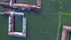 Powietrznego materiału filmowego ptasi widok wodna jeziorna wioska zdjęcie wideo
