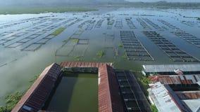 Powietrznego materiału filmowego ptasi widok wodna jeziorna wioska zbiory wideo