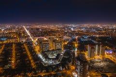 Powietrznego pejzażu miejskiego panoramiczny widok, lot na trutniu nad nocy miasto Voronezh z iluminować drogami i wieżowowie, zdjęcia stock