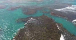 Powietrznego trutnia ` s oka widoku ptasi wideo na morzu macha i skały, turkus woda Tropikalnego raju atolu pokojowe wyspy wierzc zbiory wideo