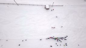 Powietrznej fotografii rywalizacje na halnym slalomu zdjęcie wideo