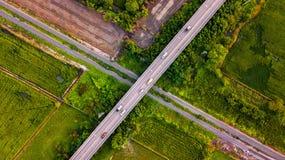 Powietrznej fotografii wsi Samochodowy bieg na droga moscie Nad koleją Fotografia Royalty Free