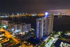 Powietrzni Miami plaży kondominia przy nocą przesyłają w tle zdjęcie stock