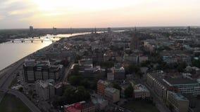 Powietrzni zmierzch?w strza?y Ryscy Europejska stolica, Latvia w wio?nie 2019 - Rzeczny Daugava i mosty zobaczymy w zdjęcie wideo