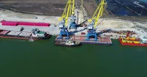 Powietrzny ładowanie zbiorniki żurawiem, handlu port, wysyłka Żurawie dla ładować, rozładowywać i sortować zbiorniki, zbiory wideo