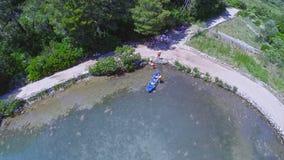 Powietrzny copter krótkopęd denny jezioro w obywatelu zbiory wideo