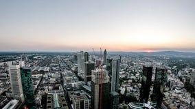 Powietrzny czasu upływ Frankfurt, Główna linia horyzontu i budowa drapacz chmur podczas zmierzchu na gorącym lecie/ zbiory