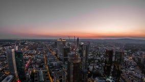 Powietrzny czasu upływ Frankfurt, Główna linia horyzontu i budowa drapacz chmur podczas zmierzchu na gorącym lecie/ zbiory wideo