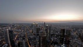 Powietrzny czasu upływ Frankfurt, Główna linia horyzontu i budowa drapacz chmur podczas zmierzchu na gorącym lecie/ zdjęcie wideo