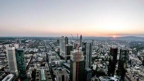 Powietrzny czasu upływ Frankfurt, Główna linia horyzontu i miejsce drapacz chmur podczas zmierzchu na gorącym letnim dniu/- Niemc zbiory wideo