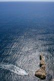 Powietrzny denny widok osamotniona rockowa wyspa z dżetową rower wodą scoot Obraz Royalty Free