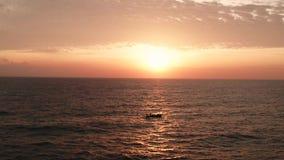 Powietrzny filmowy strzał morze z łodzią nad pięknym zmierzchem zbiory