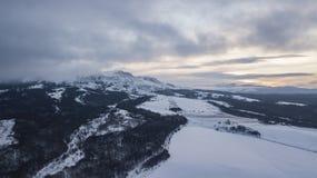 Powietrzny halny zima krajobraz Fantastyczny ranek chmurnieje jarzyć się światłem słonecznym fotografia royalty free