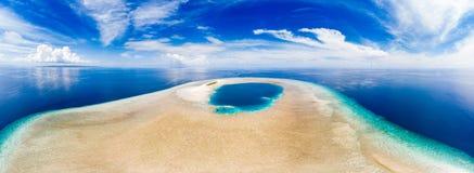 Powietrzny idylliczny atol, sceniczny podróży miejsce przeznaczenia Maldives Polinesia Błękitna laguny i turkusu rafa koralowa St fotografia stock