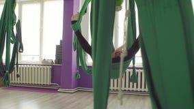 Powietrzny joga Dwa kobiety huśta się w hamakach zdjęcie wideo