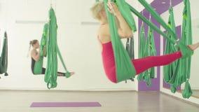 Powietrzny joga Dwa kobiety hu?ta si? w hamakach zbiory wideo