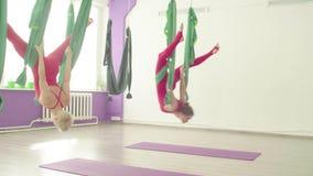 Powietrzny joga Dwa kobiety lata w hamakach zdjęcie wideo