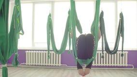 Powietrzny joga Kobiety robi saltom w hamakach zbiory