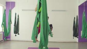 Powietrzny joga Kobiety robi saltom w hamakach zdjęcie wideo