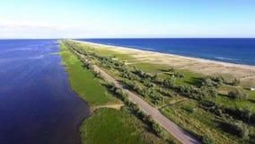 Powietrzny krótkopęd Czarny Denny jezioro od copter i linia brzegowa zdjęcie wideo
