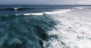 Powietrzny krótkopęd morze macha z pianą i surfingowami zbiory