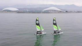 Powietrzny krótkopędu 4k odgórny widok catamaran żeglowanie na otwartym morzu tło Sochi zbiory