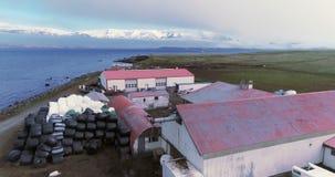 Powietrzny latanie nad nabrzeżnym gospodarstwem rolnym w Arkogssandur, Iceland zbiory