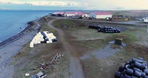 Powietrzny latanie nad nabrzeżnym gospodarstwem rolnym w Arkogssandur, Iceland zdjęcie wideo