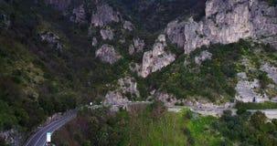 Powietrzny latanie nad skalistym Amalfi wybrzeżem zdjęcie wideo
