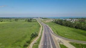Powietrzny latanie pod autostrada ruchu drogowego drogą z samochodami i ciężarówką obrazy stock