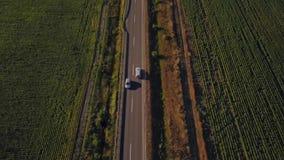 Powietrzny lot nad drogą między polami Powietrzny trutnia materiał filmowy 4k zdjęcie wideo