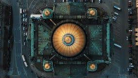 Powietrzny lot nad St Isaac Katedralnym odgórnym widokiem Dziejowy centrum St Petersburg zdjęcie wideo