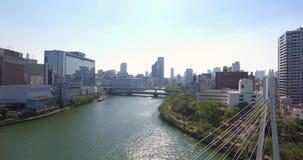 Powietrzny malejący widok Osaka rzeka i linia horyzontu zbiory wideo