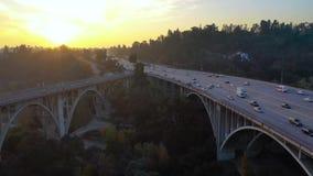 Powietrzny materiał filmowy autostrada most - Kolorado ulicy most w Pasadena, Kalifornia zdjęcie wideo