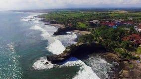 Powietrzny materiał filmowy denny wybrzeże blisko Tanahlot świątynia na Bali wyspie zbiory wideo