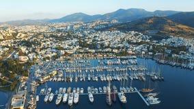 Powietrzny materiał filmowy elity jachty cumował w porcie Miejscowość wypoczynkowa Bodrum, Turcja na widok ca?kowity plan zbiory wideo