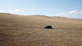 Powietrzny materiał filmowy filmujący z trutniem pickup samochodowa jazda na siberian stepie zdjęcie wideo