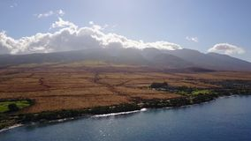 Powietrzny materiał filmowy halny mauna loa z wielkim aktywnym kraterem teren przy stopą na Maui i wulkan zbiory