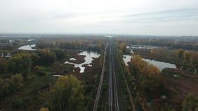 Powietrzny materiał filmowy kolei rozciągliwość wśród jezior zdjęcie wideo