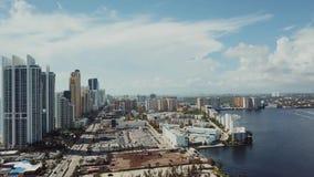 Powietrzny materiał filmowy Miami z drapaczami chmur i biznesowi centres na pogodnych wyspach wyrzucać na brzeg pod chmurnym nieb zdjęcie wideo