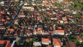 Powietrzny materiał filmowy piękna Sanur plaża i miasto w tle w Bali Indonezja zbiory