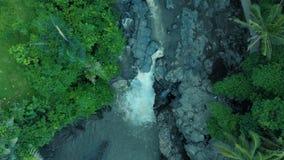 Powietrzny materiał filmowy piękna siklawa z pieniącą wodą, wielkie skały i zielone rośliny na Bali Indonezja 4k, podróżujemy świ zbiory wideo